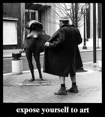 Portland, Oregon, Mayor Bud Clark apparently flashing Kvinneakt  Norman J. Taylor's bronze sculpture.
